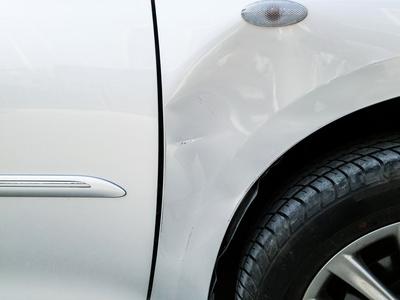 이 차의 앞 펜더는 칠이 살짝 벗겨졌기 때문에 덴트로써는 100% 복원이 불가능하다